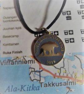 NUTS Karhunkierros osallistujamitali 2019. Jälkikasvu kehui tyylikkääksi.